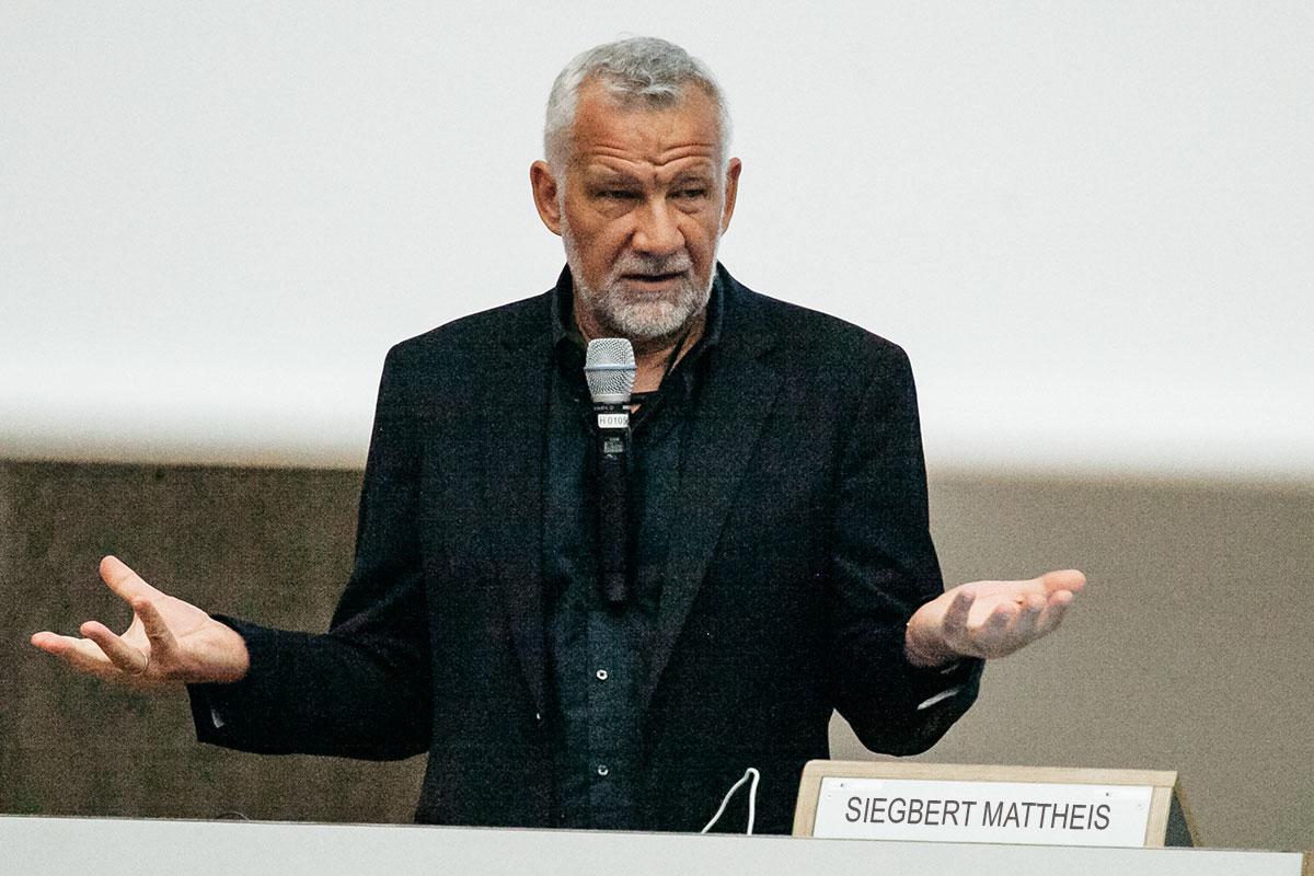 Siegbert Mattheis bei einem der vielen Vorträge über Gamification und Usability, hier an der FOM Hochschule © Foto: Viktor Strasse
