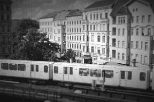 Blick über U-Bahn in die Kastanienallee