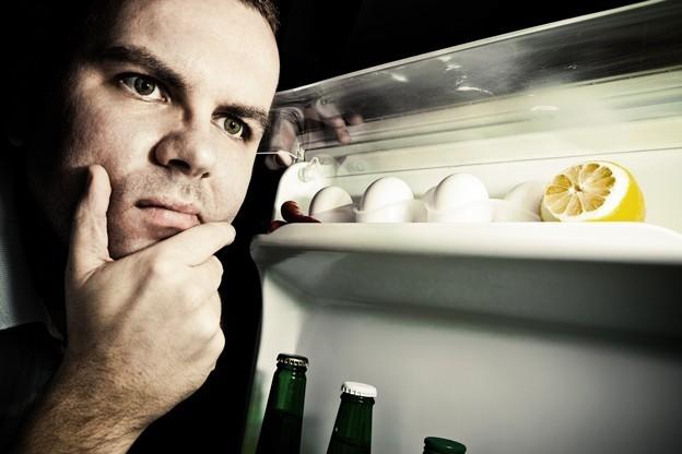Mann guckt in einen Kühlschrank Besser als Big Data Interview mit Martin Lindstrom